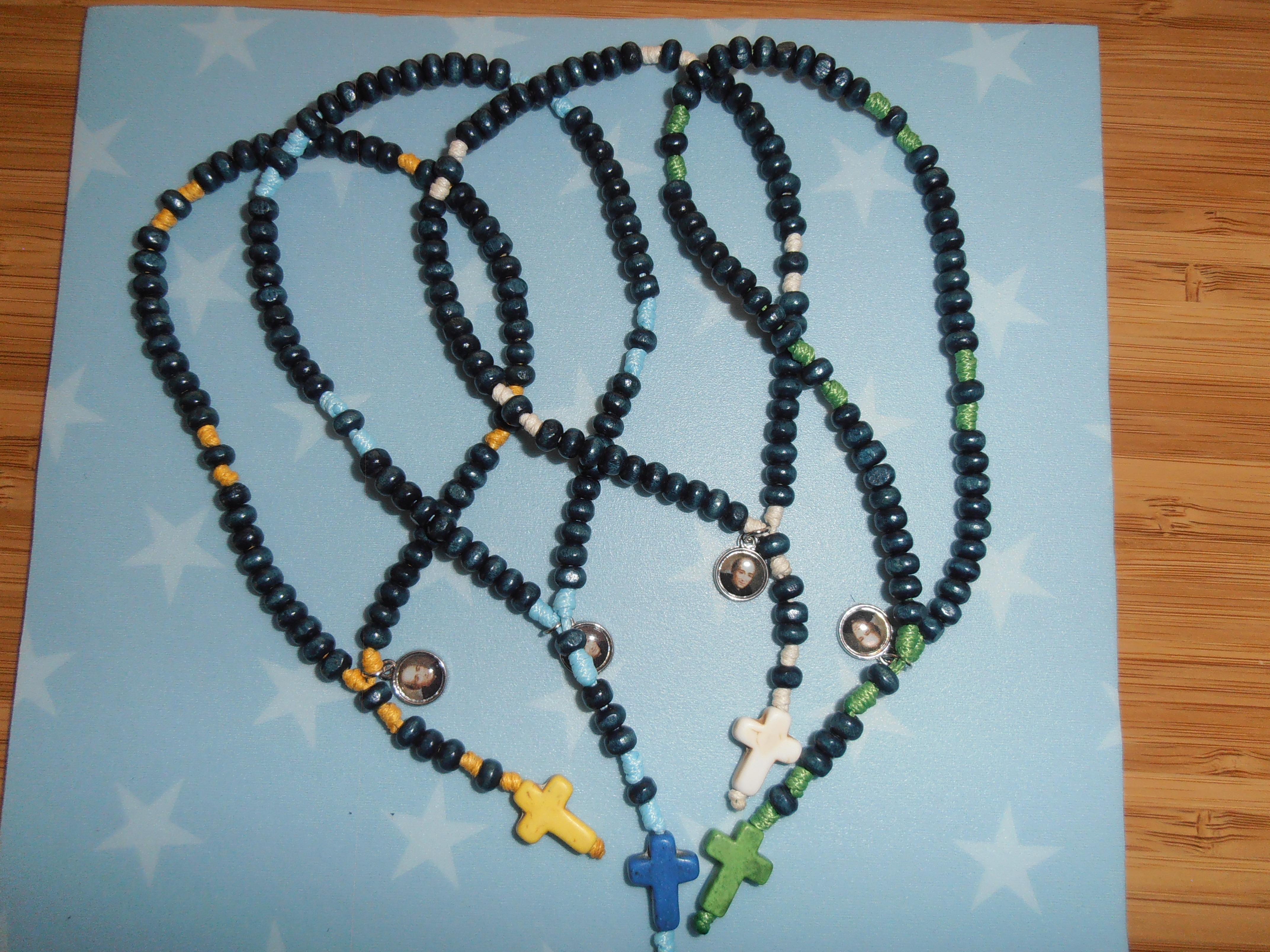 Rosario madera bola azul cordón y cruz de colores: 3,5 euros